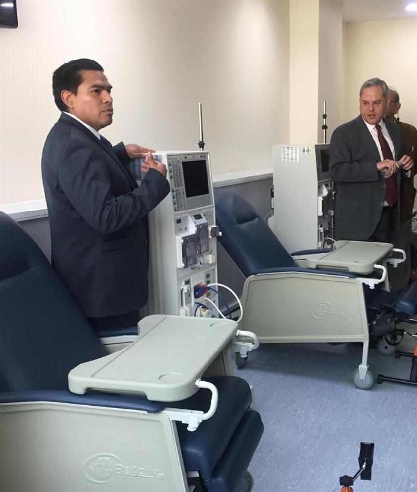 Fotografía cedida por la clínica NefroRed hoy, viernes 12 de enero de 2018, que muestra al doctor Ángel Fonseca Alva (i) mientras muestra un sistema de hemodiafiltración en una clínica en Ciudad de México (México). EFE/NefroRed/SOLO USO EDITORIAL