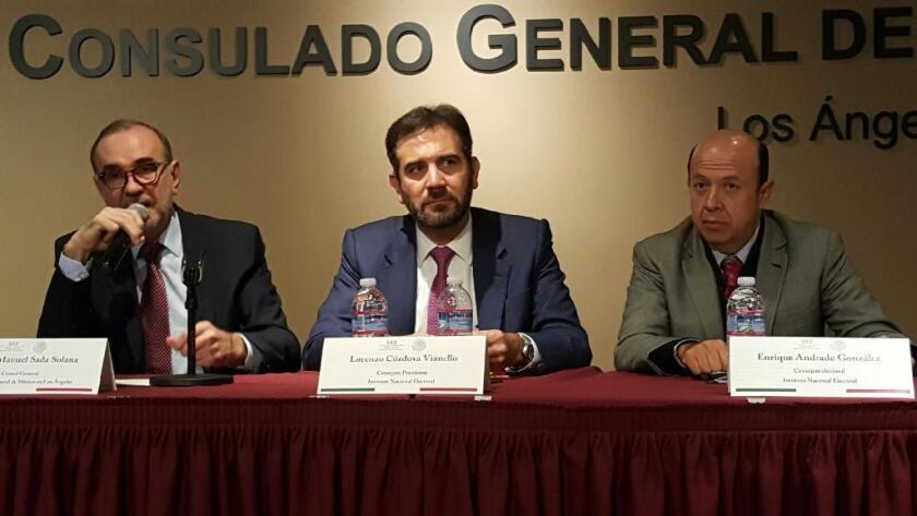 El cónsul de México en L.A., Carlos Sada se dirige a representantes de las organizaciones comunitarias, junto a él aparecen los consejeros del INE, Lorenzo Córdova y Enrique Andrade.