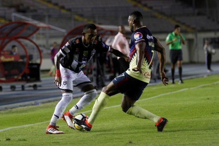 Marcos Sánchez (i) del Tauro F.C disputa un pelota contra William Da Silva (d) del Club América en los cuartos de finales de la Liga de campeones Concacaf en el estadio Rommel Fernández, hoy 14 de marzo de 2018. EFE