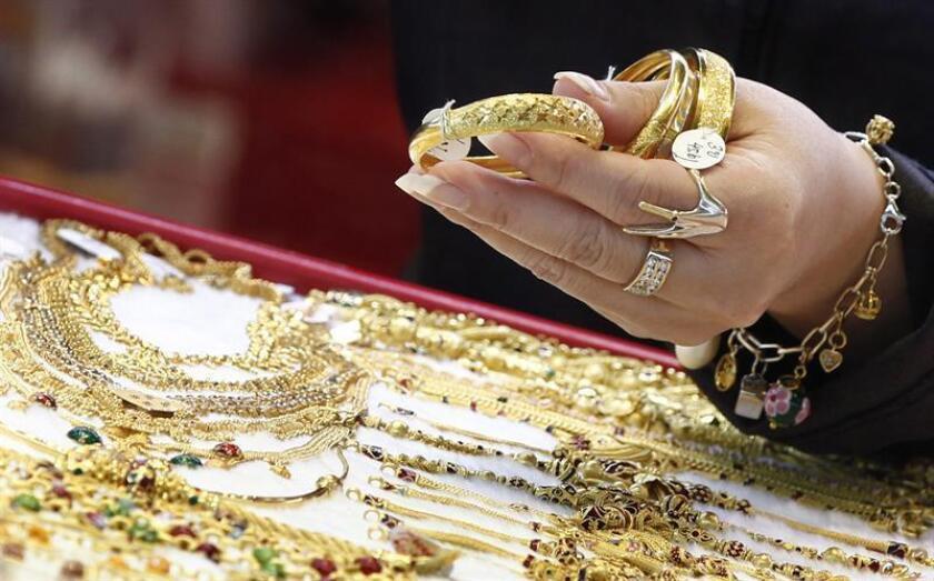Fotografía que muestra varios artículos de oro. EFE/Archivo