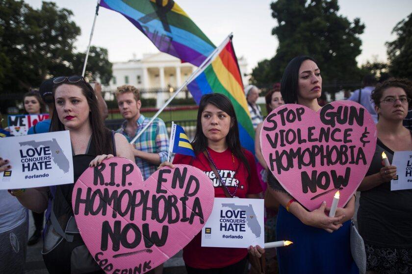 Miembros y simpatizantes de la comunidad LGBT manifiestan su repudio al tiroteo. (Atentado, Incendio, Estados Unidos) EFE/EPA/JIM LO SCALZO