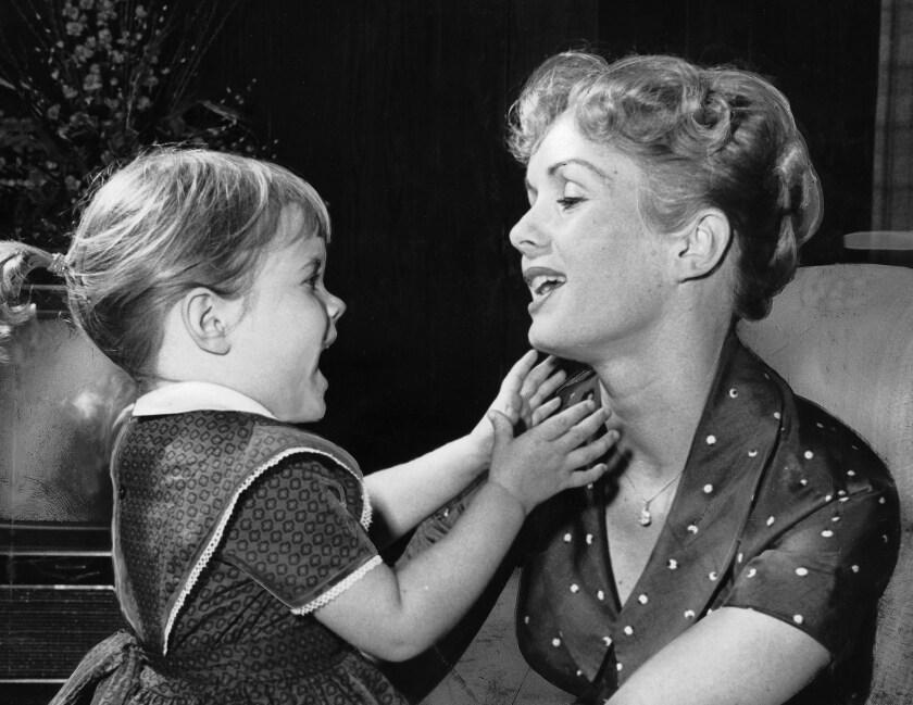 Debbie Reynolds al lado de su hija Carrie Fisher cuando esta tenía solo 3 años, en 1959. Ambas fallecieron esta semana, dejando un gran vacío en la industria.