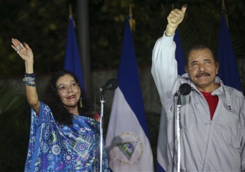 Un grupo de jóvenes nicaragüenses se manifestó hoy en contra de las elecciones generales celebradas el pasado domingo en Nicaragua, que dieron la reelección al presidente, Daniel Ortega, con su esposa, Rosario Murillo, como vicepresidenta.