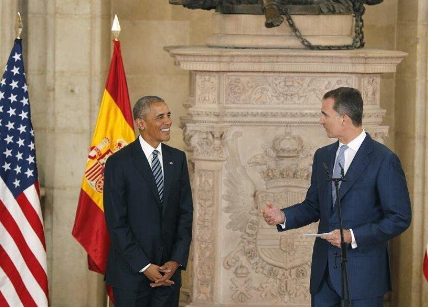 El rey Felipe VI pronuncia unas palabras tras recibir hoy en el salón de las columnas del Palacio Real al presidente de Estados Unidos, Barack Obama, en su primera visita oficial a España. EFE