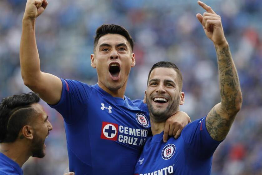 El jugador de Cruz Azul Felipe Mora (i) festeja una anotación con Edgar Méndez (d) ante Pachuca. EFE/Archivo