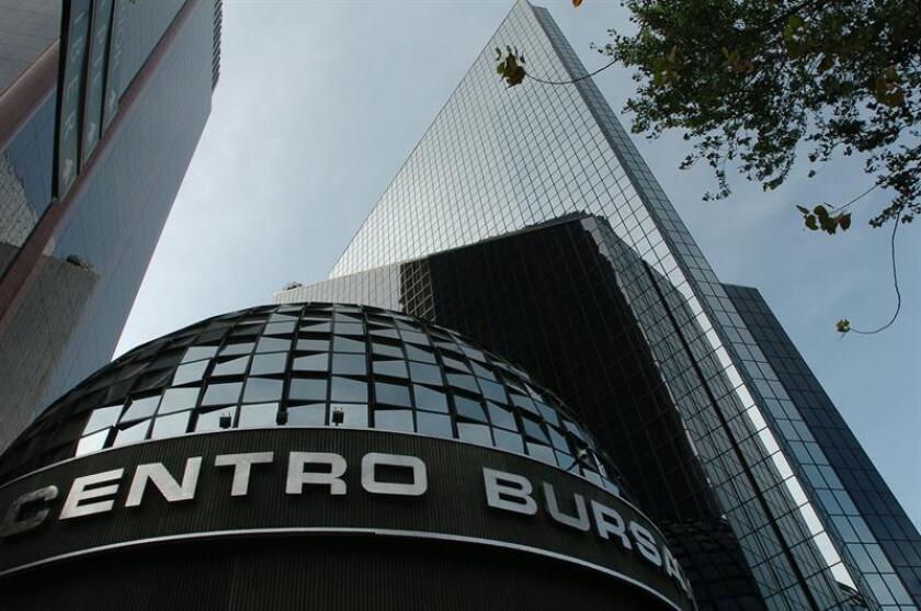 El principal indicador de la Bolsa Mexicana de Valores (BMV), el Índice de Precios y Cotizaciones (IPC), perdió hoy 1,39 % y cerró en 46.071,57 unidades, 648,42 puntos menos que en la jornada anterior. EFE/ARCHIVO