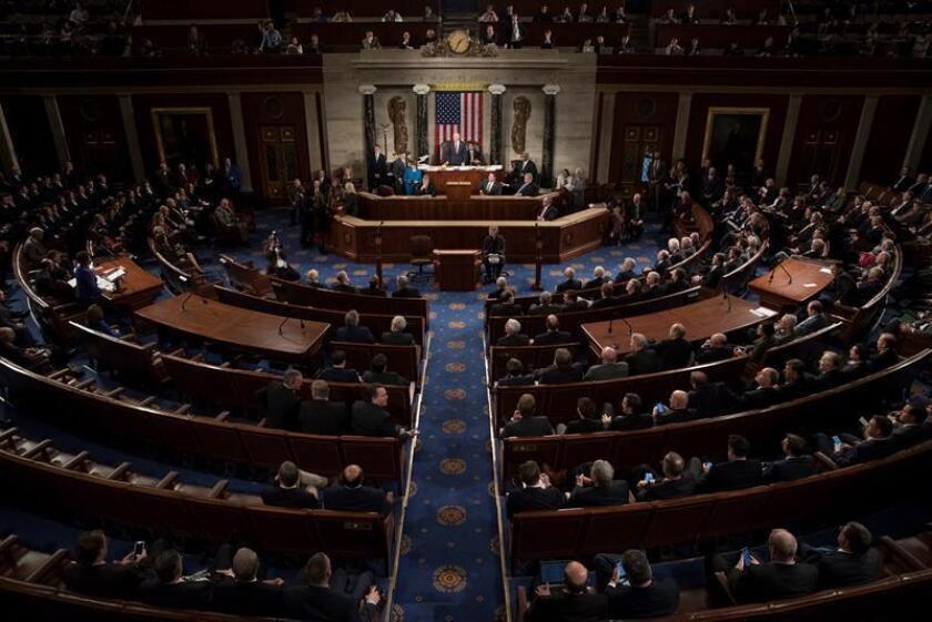 """Los congresistas hispanos del Partido Demócrata se opusieron hoy a la decisión de sus colegas en la Cámara Alta de financiar al Gobierno federal hasta enero, y advirtieron de consecuencias electorales si no se aborda entonces una solución para los """"dreamers"""" o """"soñadores"""". EFE/ARCHIVO"""