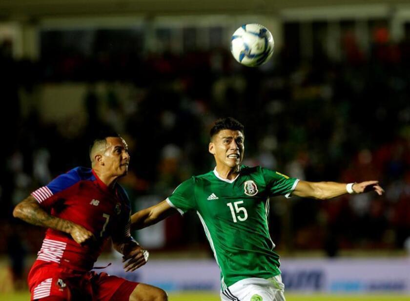 El jugador Blas Pérez (i) de Panamá disputa el balón con Héctor Moreno (d) de México. EFE/Archivo