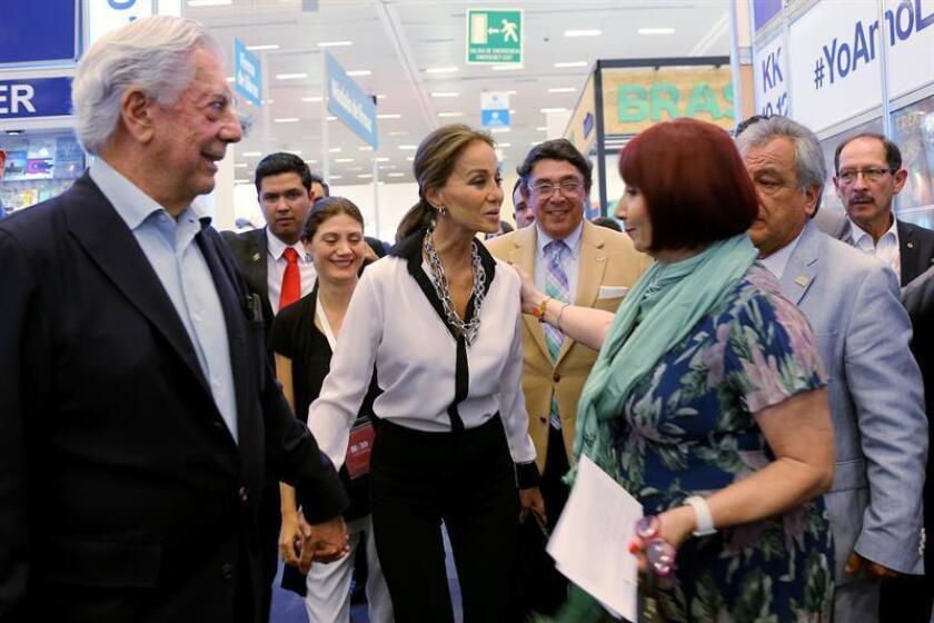El escritor peruano y premio Nobel de Literatura Mario Vargas Llosa (i) e Isabel Preysler (c) asisten hoy, lunes 28 de noviembre de 2016, a la trigésima edición de la Feria Internacional del Libro de Guadalajara (FIL) en México. EFE/José Méndez