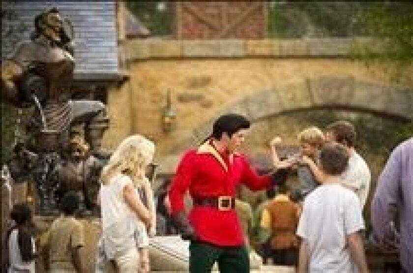 """El personaje de """"La Bella y la bestia"""" Gastón (c) juega con un niño en el parque temático Magic Kingdomm de Orlando (Florida). EFE/Matt Stroshane/Walt Disney World"""