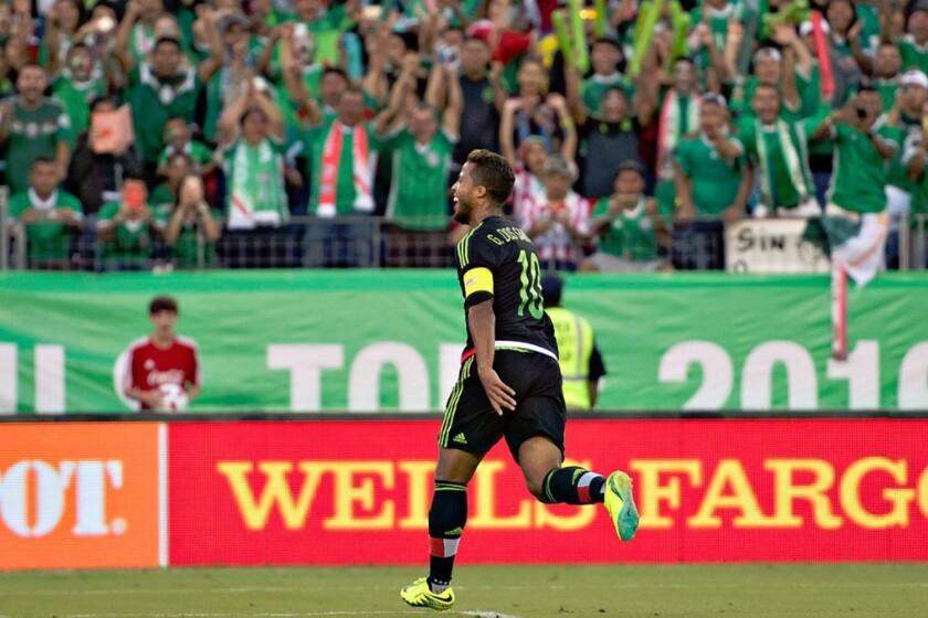 Giovani Dos Santos celebra con los fans tras anotar para México.