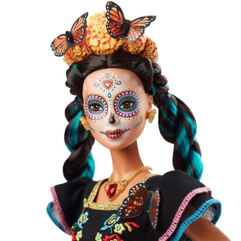 """Fotografía cedida este martes por la empresa Mattel que anunció el lanzamiento de una nueva versión de su famosa muñeca Barbie que conmemorará el Día de Muertos para rendir homenaje """"a México, a su fiesta, a sus símbolos y a su gente"""". EFE/Paul Jordan/MATTEL/SOLO USO EDITORIAL /NO VENTAS"""