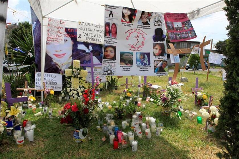 Vista de cruces y veladoras hoy, martes 16 de octubre de 2018, puestas por vecinos frente al predio donde el presunto asesino de mujeres abandonaba los cuerpos de sus víctimas, en el municipio de Ecatepec, en el Estado de México (México). EFE