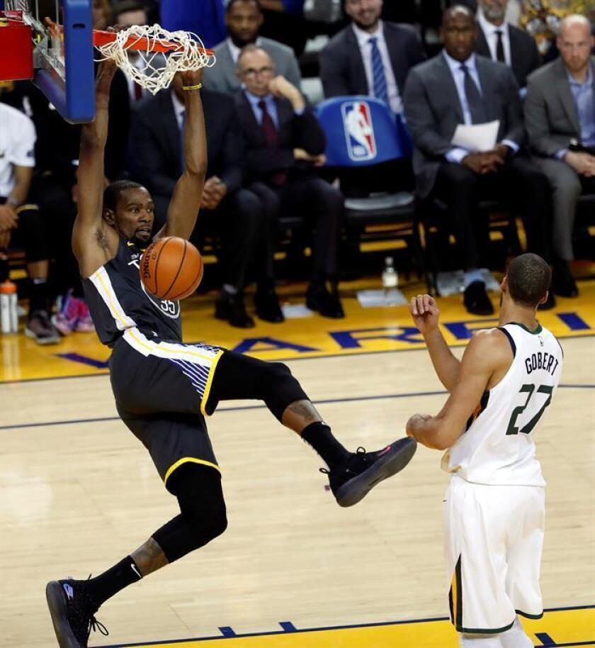 El alero de los Warriors de Golden Gate Kevin Durant encesta durante un partido. EFE/Archivo