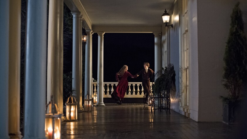 "Saoirse Ronan y Timothée Chalamet bailando en una veranda en ""Little Women"". ""Width ="" 840 ""height ="" 473 ""/>   <div class="