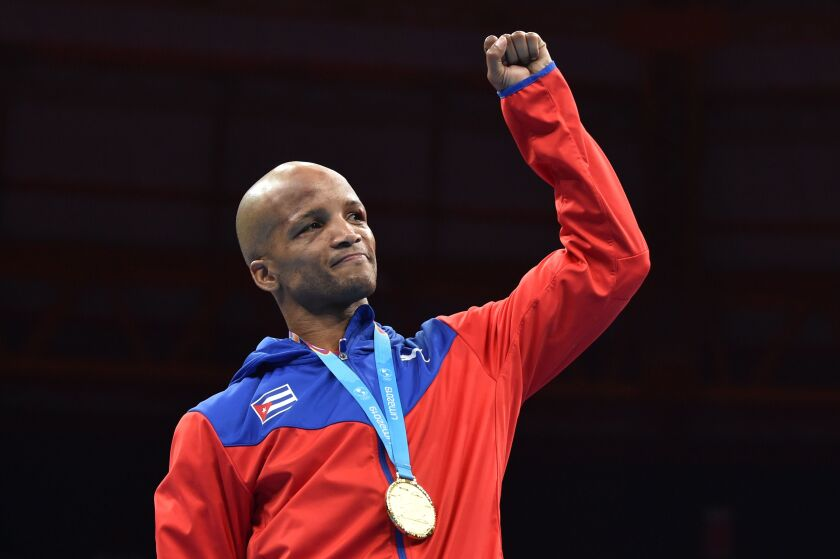 Roniel Iglesias, de Cuba, festeja su medalla de oro.