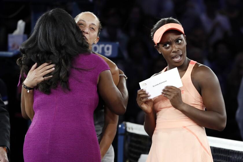 Sloane Stephens reacciona tras recibir su cheque de campeona del Abierto de Estados Unidos