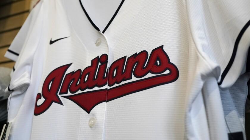 En foto de archivo del miércoles 16 de diciembre de 2020, un jersey de los Indios de Cleveland