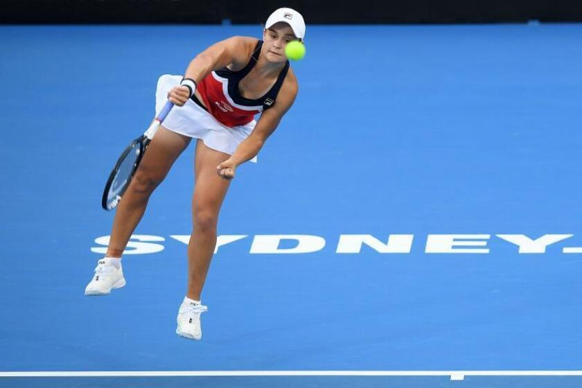 La tenista australiana Ashleigh Barty devuelve la bola a la belga Elise Mertens durante el partido que enfrentó a ambas en el torneo de Sídney (Australia) hoy, 10 de enero de 2019. EFE