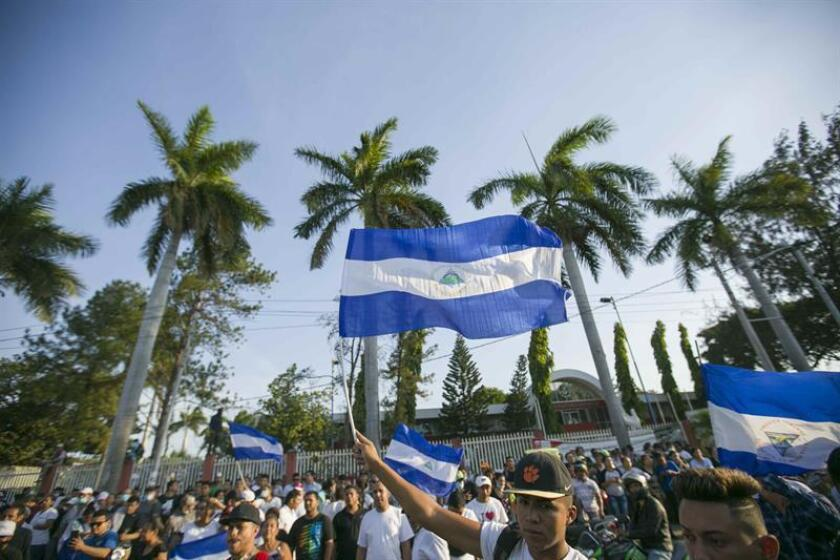 La Sociedad Interamericana de Prensa (SIP) condenó hoy los ataques cibernéticos sufridos por las versiones digitales del diario La Prensa y la revista Confidencial, ambas de Nicaragua, al mismo tiempo que insistió que se investigue el asesinato del periodista Ángel Ganoa. Decenas de personas participan en una gran manifestación contra el Gobierno del presidente Daniel Ortega el 23 de abril de 2018, en Managua (Nicaragua). EFE/ARCHIVO