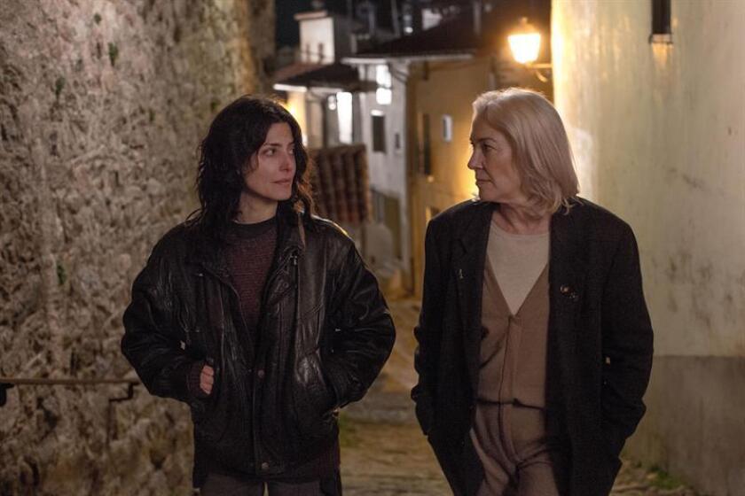 """Fotograma cedido donde aparecen las actrices Bárbara Lennie como Chiara y Susi Sánchez, durante una escena de la película """"La enfermedad del domingo"""", que se estrena hoy, viernes 15 de junio de 2018, en todo el mundo a través de Netflix después de que en España tuviera un lanzamiento convencional en los cines en febrero y de que pasara también por la Berlinale y el festival de cine de Tribeca (EE.UU.). EFE/Netflix/SOLO USO EDITORIAL/NO VENTAS"""