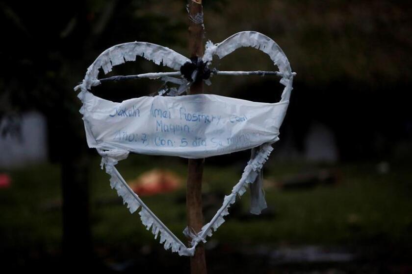 Un corazón blanco con el nombre de Jakelín, una niña de 7 años quien murió la semana pasada en la frontera de EE.UU. se exhibe en San Antonio Secortez, municipio de Raxruhá en Guatemala. EFE