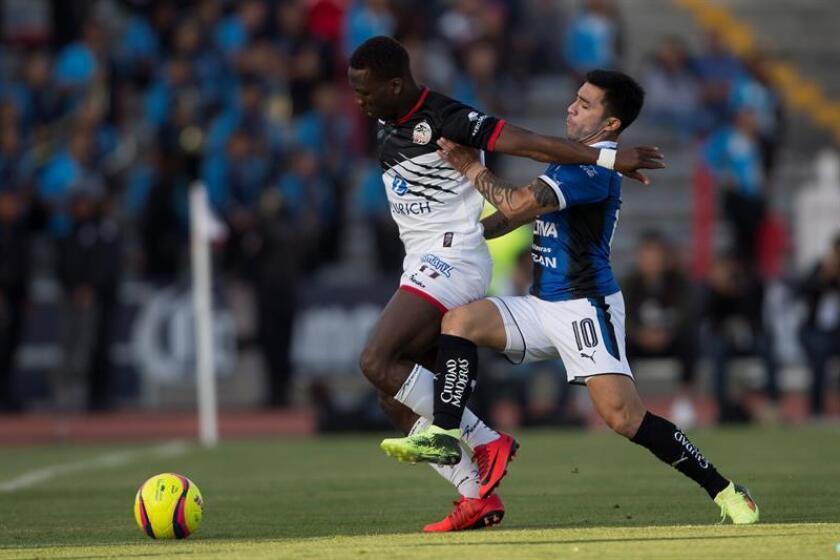 El delantero brasileño Camillo Sanvezzo, de los Gallos del Querétaro del fútbol mexicano, consideró hoy que puede asociarse en la ofensiva del equipo con el chileno Edson Puch (der) y el uruguayo Matías Britos para reportar goles al equipo. EFE/ARCHIVO