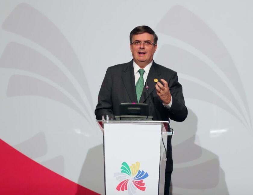El secretario de Relaciones Exteriores de México, Marcelo Ebrard, participa en una rueda de prensa posterior a la firma de la Declaración de Lima entre os países miembros del Acuerdo de la Alianza del Pacífico, este sábado en la ciudad de Lima (Perú). EFE / Ernesto Arias/Archivo