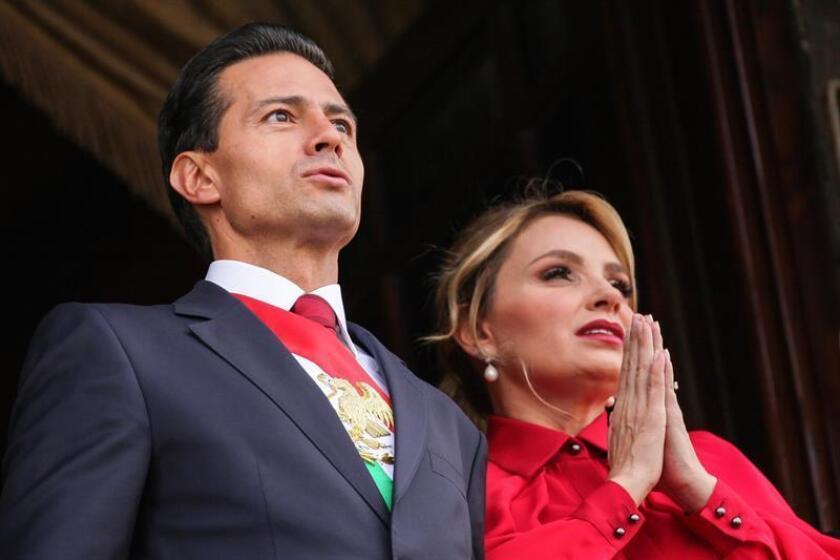 El presidente de México, Enrique Peña Nieto (i), y su esposa, Angélica Rivera (d). EFE/Archivo