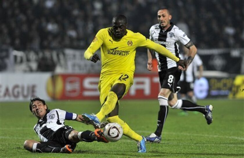 PAOK's Pablo Contreras, left, fights for the ball with Villarreal's Jozy Altidore during their Europa League group D soccer match at the Toumba stadium in the northern Greek port city of Thessaloniki, Thursday, Nov. 4, 2010. (AP Photo/Giorgos Nissiotis)