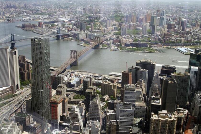 Vista del Bajo Manhattan y del puente de Brooklyn tomada desde el observatorio del edificio One World Trade Center de Nueva York, más conocido como la Torre de la Libertad. EFE/Archivo