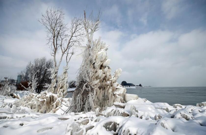 Vista de las aguas heladas del lago Michigan en Chicago, Illinois (Estados Unidos), este martes. Varios vuelos fueron cancelados y varias escuelas cerradas en el estado ante la amenaza de una tormenta de frío polar. Se espera que las temperaturas alcancen unas mínimas de -31 grados bajo cero. EFE