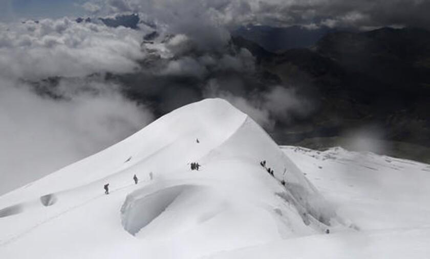 En esta imagen del 17 de diciembre de 2015, varias indígenas aymara y sus guías descendienden la montaña Huayna Potosí en las afueras de El Alto, Bolivia. Algunas de las más jóvenes del grupo sueñan con hacer algún día escaladas aún mayores, incluso a la cumbre del Aconcagua, que no sólo es el pico más alto de los Andes, sino también la montaña más alta fuera de Asia. (Foto AP/Juan Karita)
