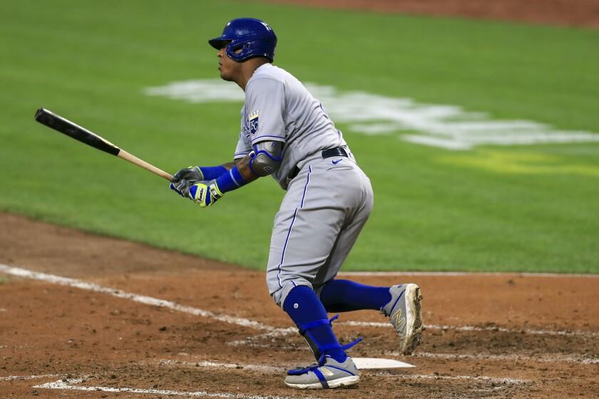El venezolano Salvador Pérez, de los Reales de Kansas City, pega un sencillo en el quinto inning, durante un juego ante los Rojos de Cincinnati, el miércoles 12 de agosto de 2020 (AP Foto/Aaron Doster)