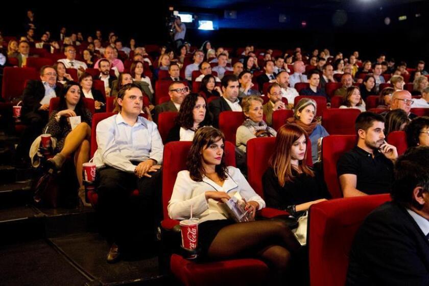 Vista de varias personas durante una función en el cine. EFE/Archivo