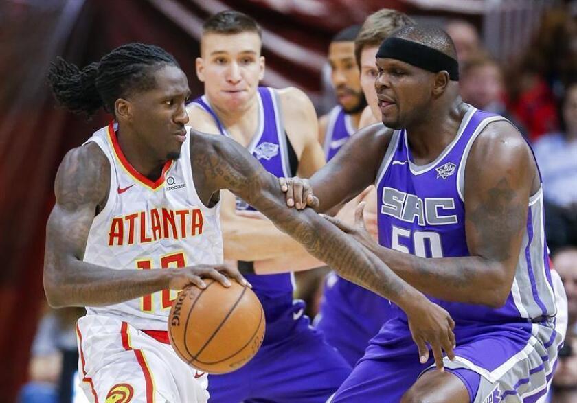 El jugador de Atlanta Hawks Taurean Prince (i) disputa el balón con el jugador de Sacramento Kings Zach Randolph (d) durante un partido el pasado 15 de noviembre. EFE