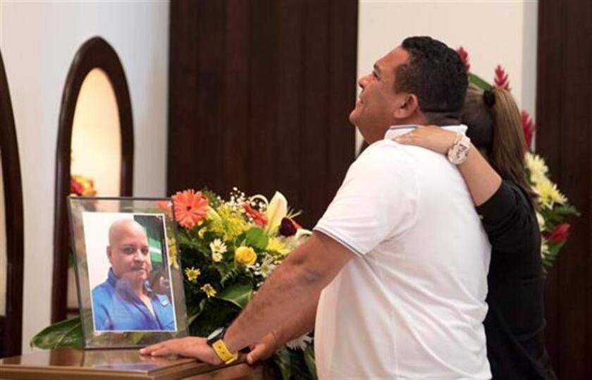 El periodista Alex Márquez se lamenta frente a una foto de su colega Igor Padilla, quien fue asesinado. EFE/Archivo