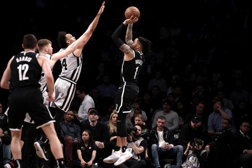 El escolta D'Angelo Russell (c) de Brooklyn Nets en acción ante el escolta Derrick White (3-i) de San Antonio Spurs, este lunes, durante un juego de la NBA entre San Antonio Spurs y Brooklyn Nets que se disputa en el Barclays Center en Brooklyn, Nueva York (Estados Unidos). EFE