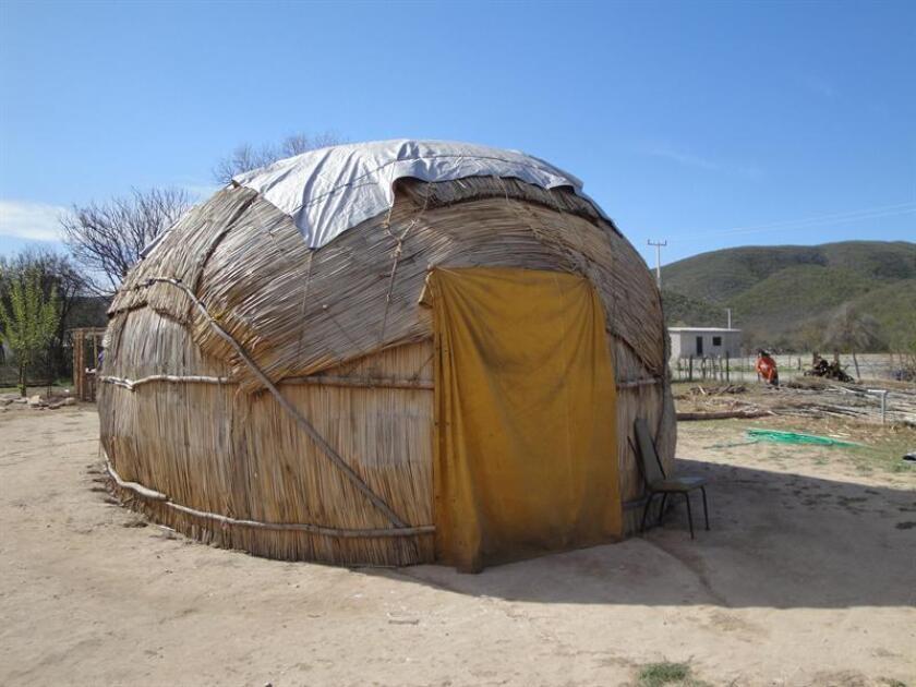 Fotografía de archivo particular cedida hoy, viernes 5 de octubre de 2018, que muestra una casa tradicional de invierno de los indígenas kikapúes. EFE/Archivo Personal