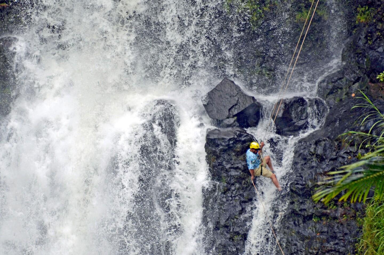 Un veterano militar desciende por las cataratas de Kulaniapia, en la propiedad del Inn at Kulaniapia, a unos cinco kilómetros de Hilo, en la isla de Hawái.