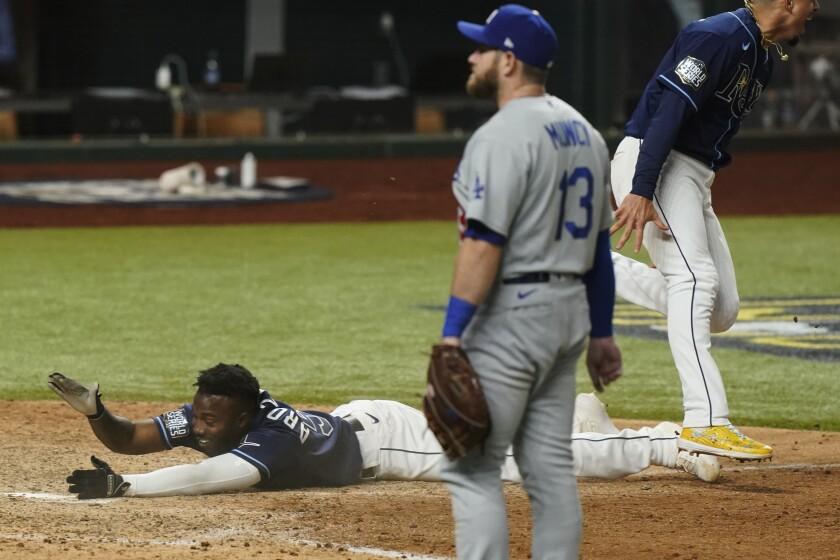 Randy Arozarena de los Rays de Tampa Bay tras anotar la carrera de la victoria 8-7 ante los Dodgers