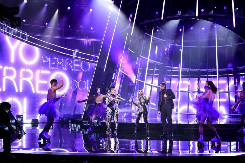 Ivy Queen, Nesi, Bad Bunny cantando en Los Billboard Music Awards.