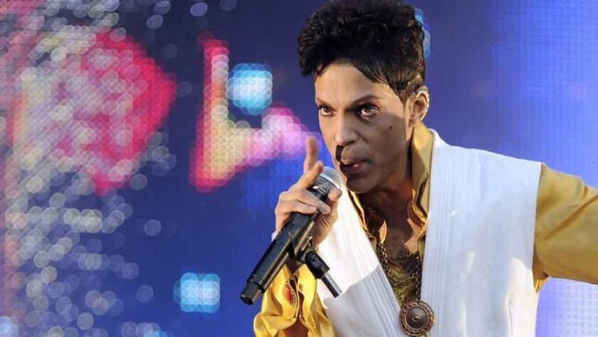 Prince, en escena, en las afueras de París, en 2011.