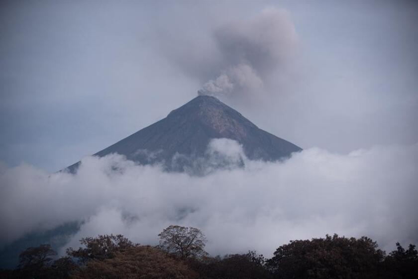El volcán de Fuego lanza una fumarola después de la erupción del pasado 3 de junio. EFE