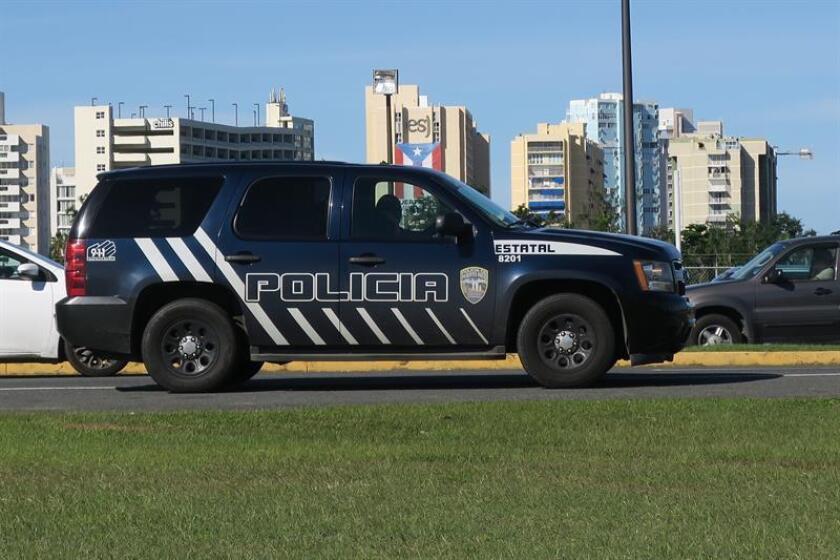 Vista de una patrulla de la policía de Puerto Rico. El secretario del Departamento de Seguridad Pública (DSP) de Puerto Rico, Héctor M. Pesquera, informó hoy que el Negociado de la Policía arrestó a un sujeto luego de ser sorprendido realizando disparos al aire en el municipio de Luquillo. EFE/Archivo