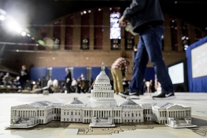 Un modelo del edificio del Capitol de Washington preside un mapa utilizado para la planificación de los eventos para la investidura presidencial de Donald Trump.