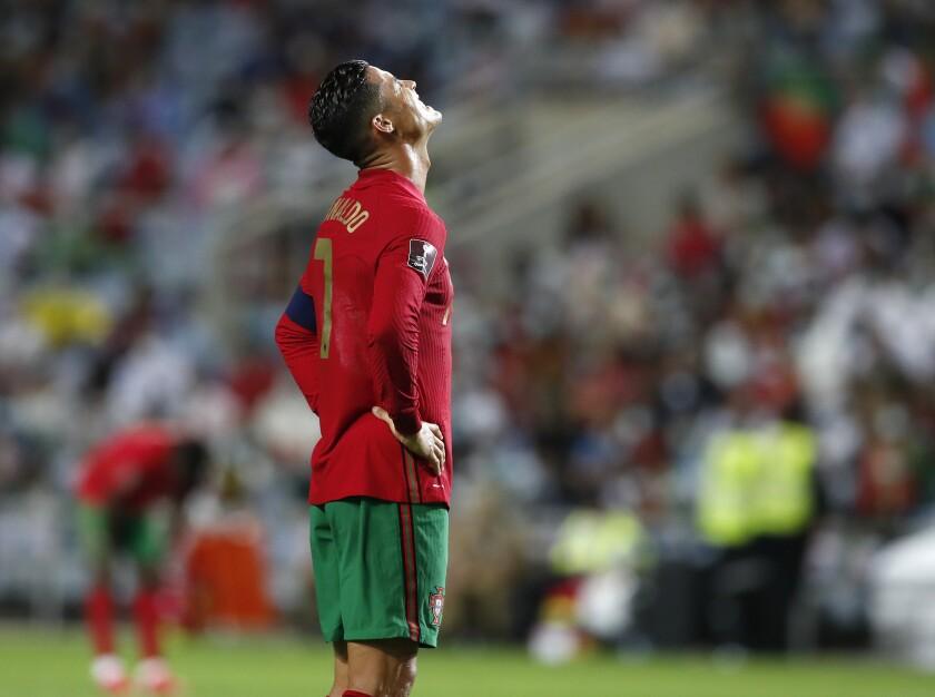 El astro de Portugal Cristiano Ronaldo reacciona durante un partido eliminatorio