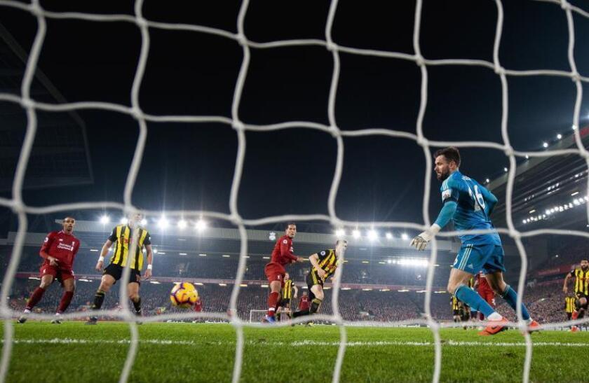 Virgil van Dijk (c-i) de Liverpool anota un gol durante un partido de la Premier League inglesa entre el Liverpool y Watford este miércoles, en el estadio Anfield, en Liverpool (Reino Unido). EFE