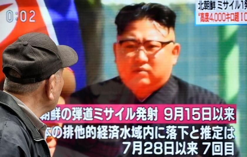 Un ciudadano camina frente a un televisor en Tokio (Japón) que muestra al líder norcoreano Kim Jong-un después del lanzamiento de un misil balístico de Corea del Norte. EFE/Archivo