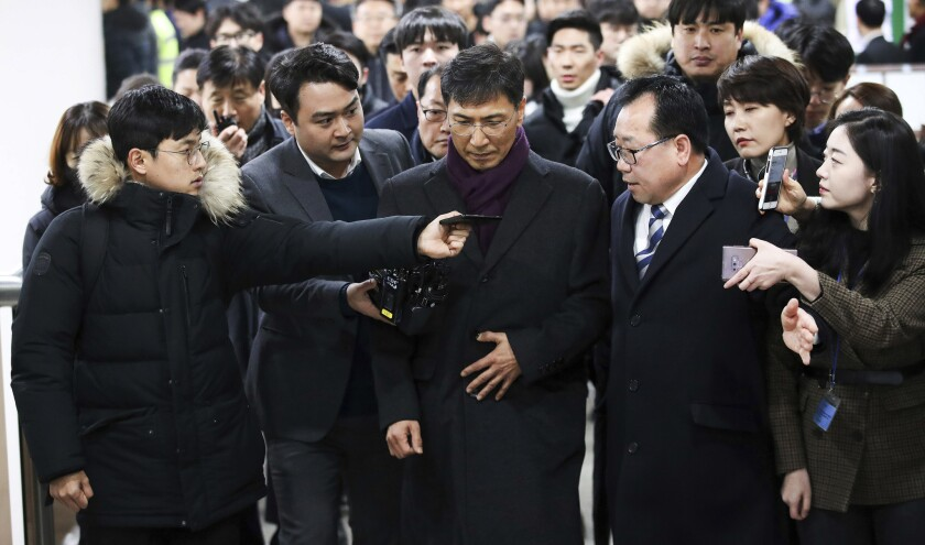 Ahn Hee-jung, center, a former governor of South Chungcheong province, arrives at the Seoul High Cou